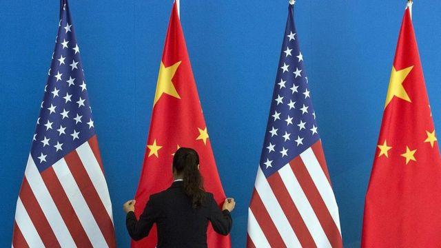 پرچم های آمریکا و چین در سال ۲۰۱۴ در پکن