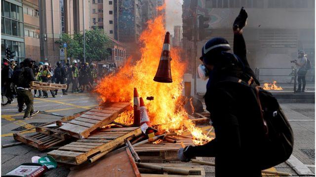 陈同佳案触发香港政府推动《逃犯条例》,但结果引发大规模示威。