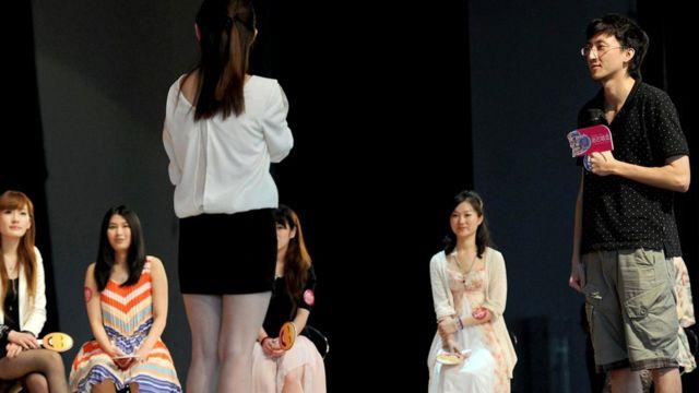 По словам Цзюнь Ли, мужчины все чаще ходят на свидания вслепую