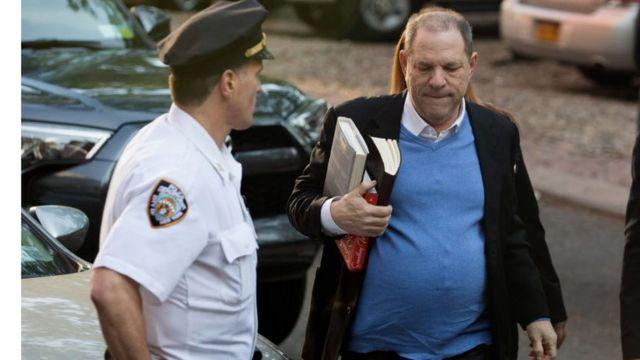 Le producteur Harvey Weinstein se rend à la police. Il est accusé par des dizaines de femmes d'agressions sexuelles dont Lupita Nyong'o, Angélina Jolie et Gwyneth Paltrow.