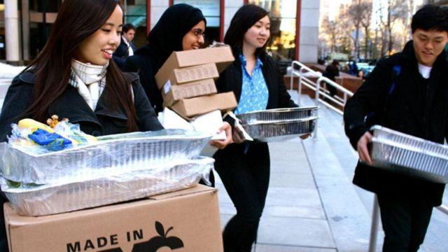Jovens funcionários da ONG Rescuing Leftover Cuisine