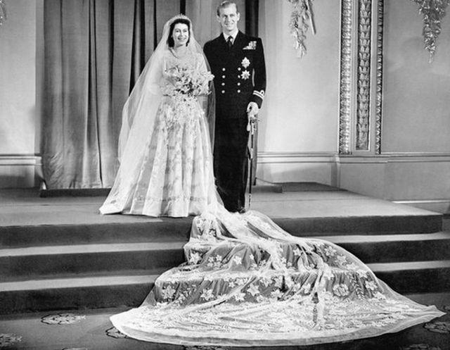 "His wedding to Princess Elizabeth was described as ""a flash of colour in a grey post-war Britain"" / Alt tag: එලිසබෙත් කුමරිය ෆිලිප් මවුන්ට්බැටන් සමග අතිනත ගත් අවස්ථාව Princess Elizabeth marries Philip Mountbatten / Copyright: PA"