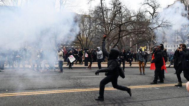 ABD Başkanı Donald Trump'ın yemin törenini protesto eden bir eylemci, Washington'da polise taş atarken