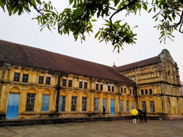 Nghe tin Nhà thờ Bùi Chu sắp hạ giải, nhiều người đã tìm về thăm lại ngôi giáo đường cổ bất chấp thời tiết mưa phùn giá lạnh những ngày này ở miền Bắc