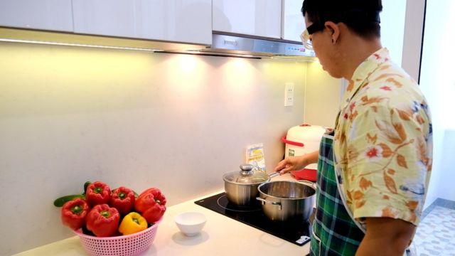 Anh Nguyễn Tấn Trường, Nha Trang, thường xuyên đảm nhiệm công việc nấu ăn trong gia đình