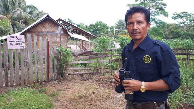 Suwarno petugas di pos pemantauan Gunung Anak Krakatau, Lampung.