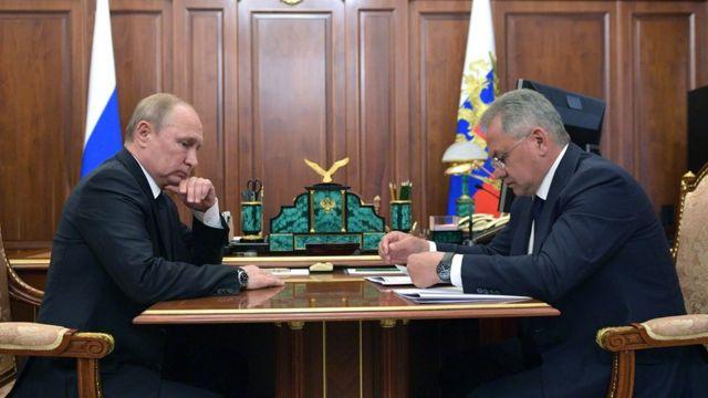 Vladimir Putin (L) y Sergei Shoigu (R)