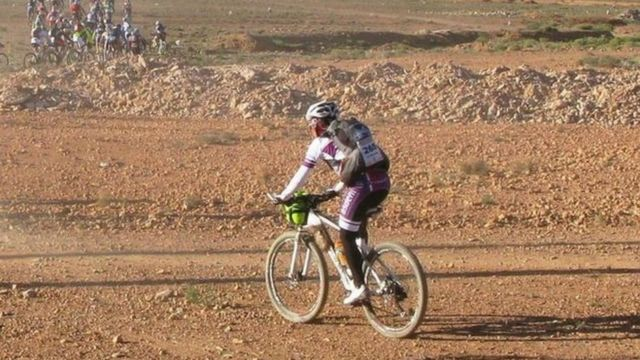 Eva pedalando no deserto