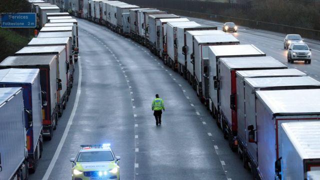 La policía patrulla la carretera