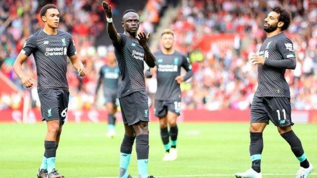 Sadio Mané félicité par ses coéquipiers après un but marqué.