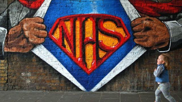 Londra Waterloo İstasyonu yakınlarında İngiliz Ulusal Sağlık Hizmetleri'nin baş harfleri NHS duvarlara resmedildi.