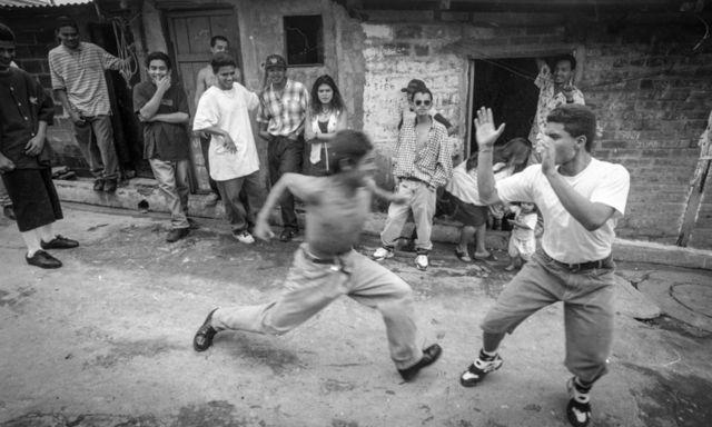 """Santa Tecla, 1995. Miembros de la MS en una zona marginal. El fenómeno de las """"maras"""" ya esta' tomando pié en el territorio Salvadoreño"""