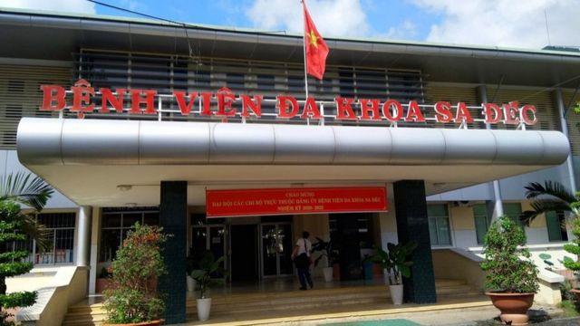 Thai phụ được đưa tới Bệnh viện Đa khoa Sa Đéc để truyền dịch và chăm sóc y tế cấp cứu.