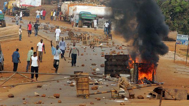 Des manifestants barricadent la route dans une banlieue de Conakry en 2006 (illustration)