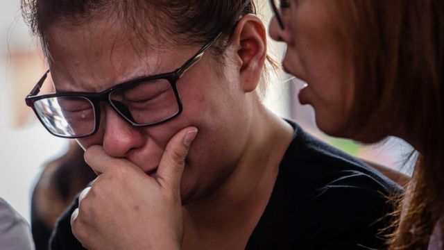 """Ningsi Ayorbaba (35), weeps as await news of her husband Paul Ferdinan Ayorbaba, a victim of Lion Air flight JT 610 as reports suggest authorities have located the aircraft""""s fuselage at police hospital on October 31, 2018"""