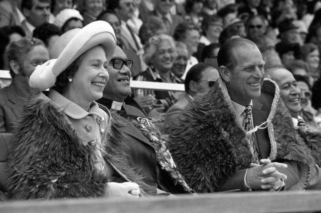 رافق الأمير فيليب الملكة اثناء الاحتفال باليوبيل الفضي، في نيوزيلندا، أثناء حضورهما افتتاح مهرجان بولينيزيا الملكي النيوزيلندي في فبراير/ شباط 1977.