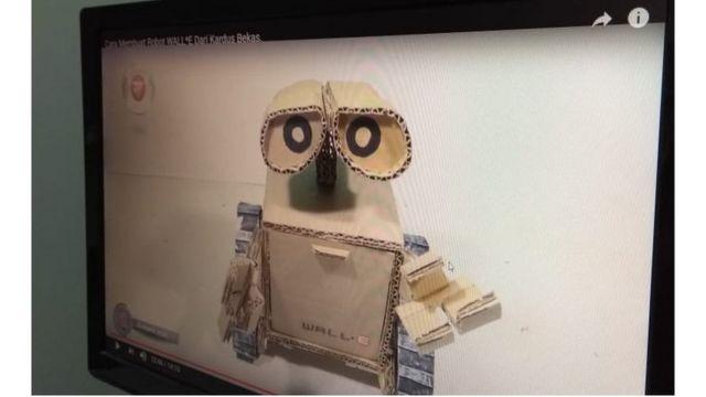 Wall-E feito de papelão, cola quente e um carrinho quebrado