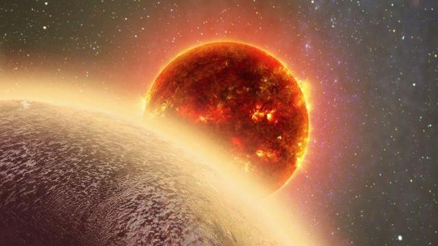 بعید به نظر می رسد که این سیاره قابل سکونت باشد زیرا دمای سطح آن به ۳۷۰ درجه سانتی گراد می رسد