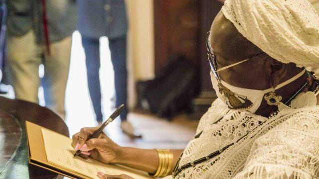 Mãe Meninazinha de Oxum no dia da chegada das peças ao Museu da República