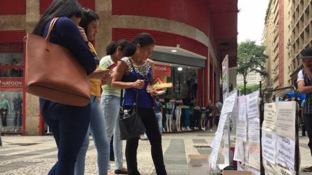 Mulheres olhando vagas de emprego