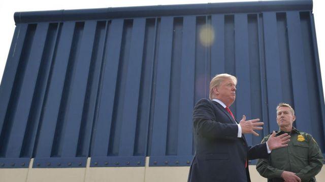 Donald Trump com pedaço do muro