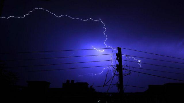 Relámpagos sobre la ciudad de Ajmer, Rajastán, India, durante las lluvias premonzónicas, el 5 de junio.