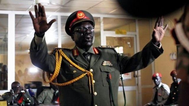 निर्णय सुनाइँदा सो सैनिक अदातलकको कक्षमा विदेशी कूटनीतिज्ञ, सहायताकर्मी र अधिकारीहरू उपस्थित थिए