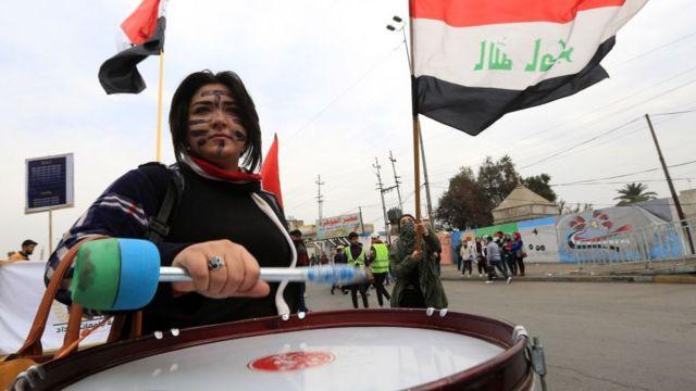 فتاة في ساحدة التحرير في بغداد