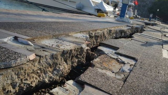 De grandes fissures visibles près de la jetée sur un port de Kos