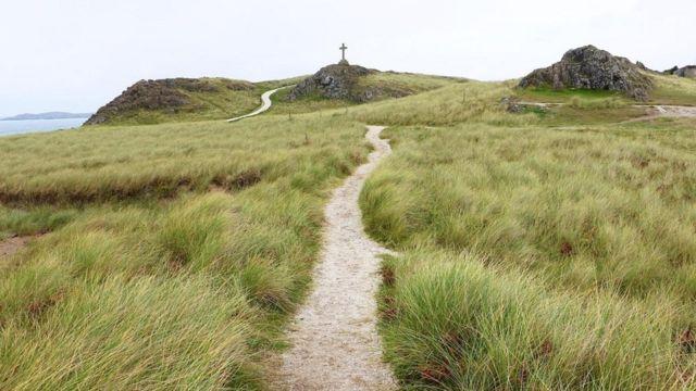 صليب ضخم فوق ربوة صغيرة بالطرف الشمالي الغربي لجزيرة لاندوين