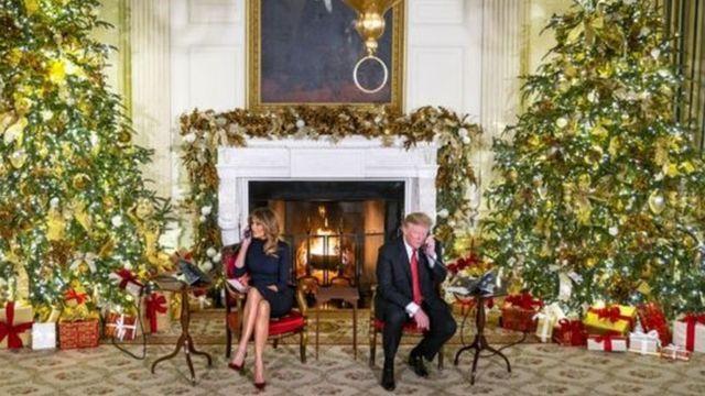 ခရစ္စမတ် အကြိုနေ့မှာ ကလေးငယ်တွေရဲ့ ဖုန်းခေါ်ဆိုမှုကို လက်ခံဖြေကြားပေးနေတဲ့ သမ္မတထရမ့်နဲ့ ဇနီး