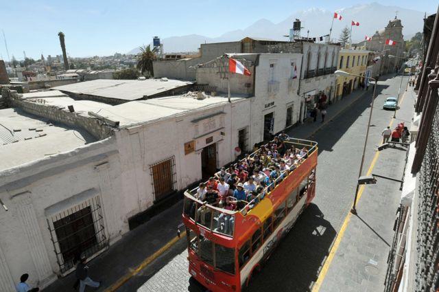 Bus de turistas en Arequipa, Perú.