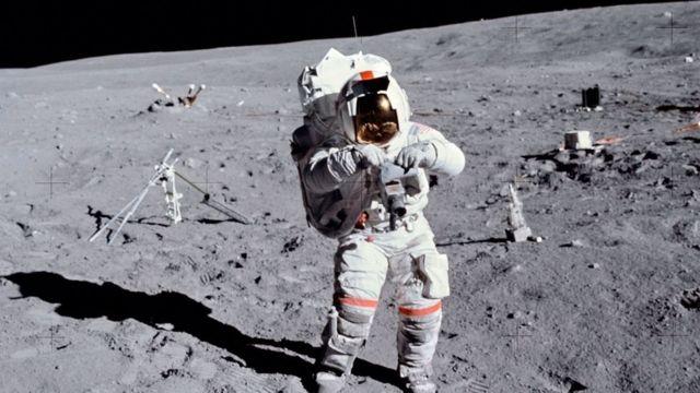 Астронавт Джон В. Янг на Місяці