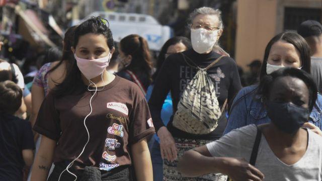 Personas en la calle con mascarilla