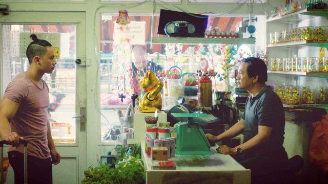 Cha và con trong phim The Broken Bond, Châu Hoàng, Uy Đô và Alena Nguyen, Hoa Kỳ, 2018
