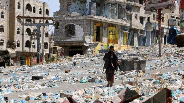 سيارات مدمرة ومبان في مدينة تعز