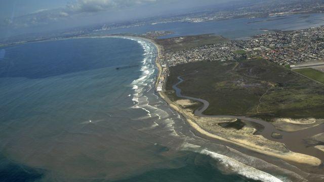 Imagen aérea del vertido de aguas residuales en las costas de Tijuana y San Diego en febrero de 2017 (Foto: Costa Salvaje)