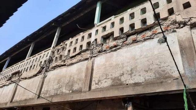 சோனித்பூர் (தேஜ்பூர்) மாவட்டத்தில் நிலநடுக்கத்தால் ஒரு கட்டடத்துக்கு ஏற்பட்ட சேதம்.