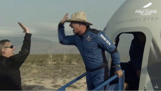 Bezos a su regreso a la Tierra.