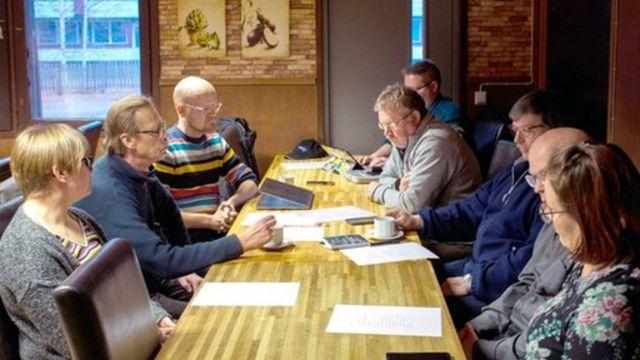 Miembros de la Asociación Pesimista de Poulanka se reunen