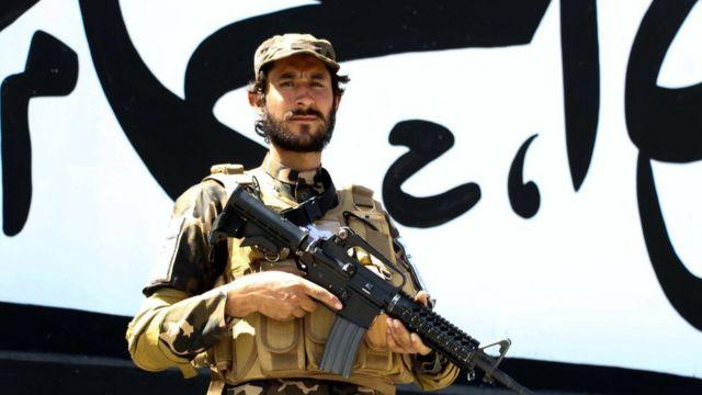 Kabil'deki eski ABD büyükelçiliği önünde bekleyen bir Taliban savaşçısı