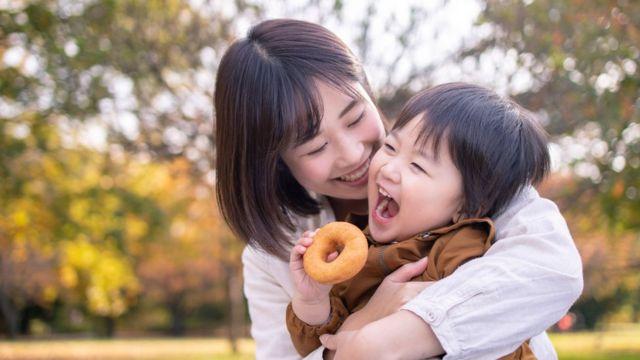Mãe com criança no parque