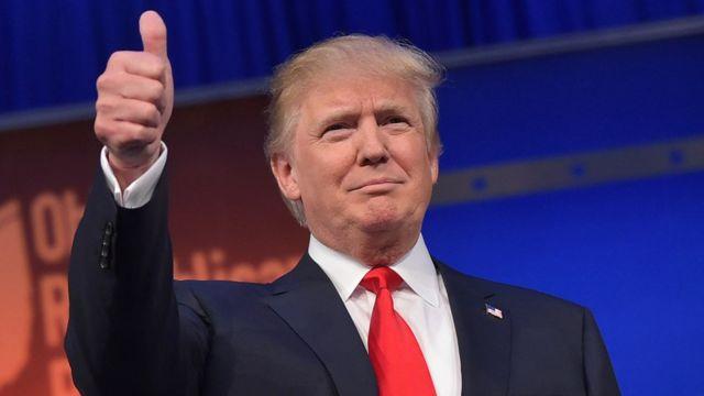 Donald Trump levanta el pulgar