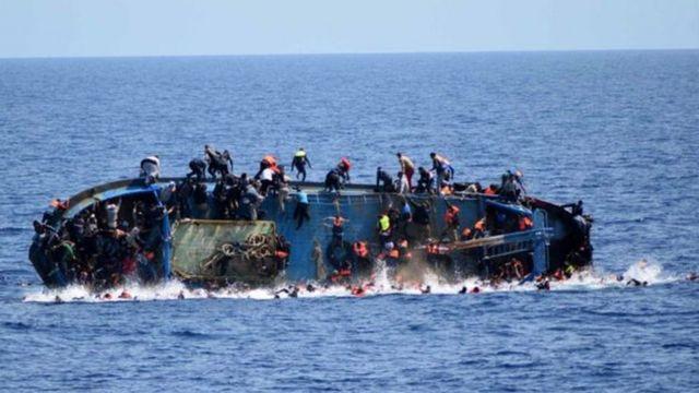 قارب يحمل لاجئين