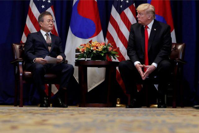 ドナルド・トランプ米大統領(右)は24日、韓国の文在寅大統領と米ニューヨークで会談した