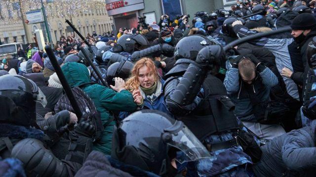 Policías antidisturbio reprimiendo la manifestación proNavalny en Moscú.