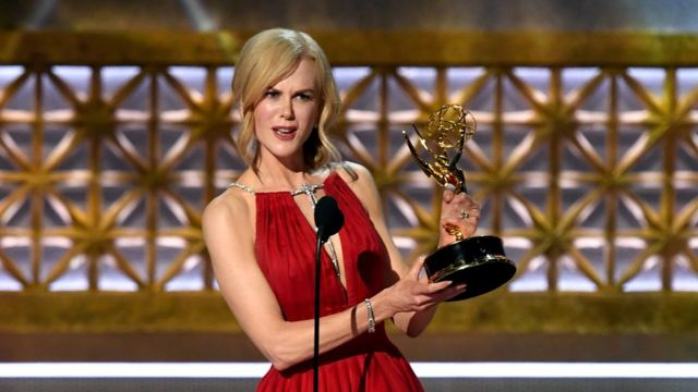 Nicle Kidman dey give speech for award