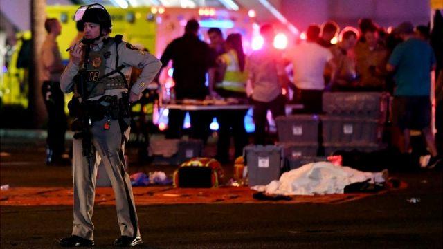 Policía en la escena del tiroteo.