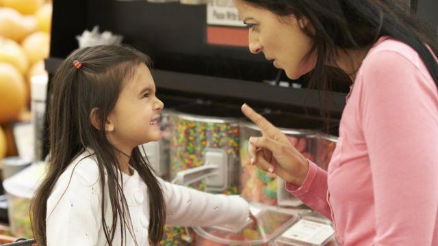 Mãe e criança em loja de doces
