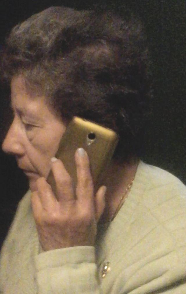 Lilia al teléfono